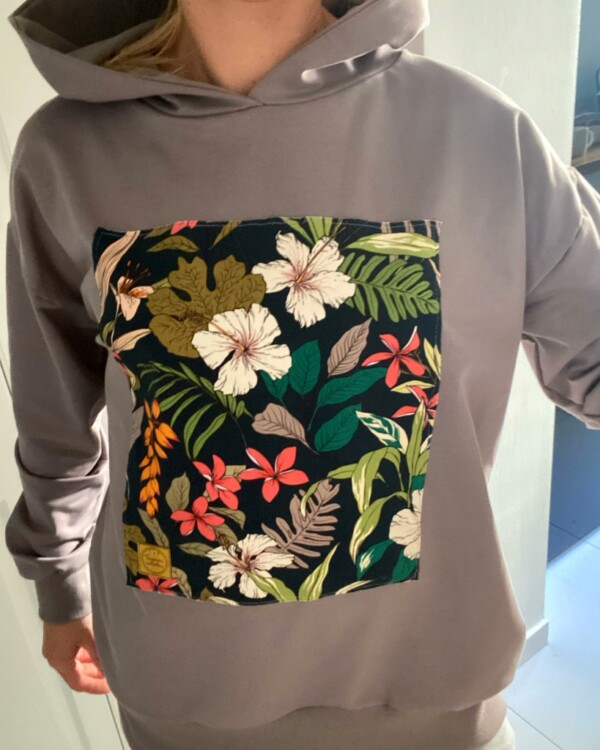 Bluza w kolorze ziemi z naszywką kwiaty na graficie