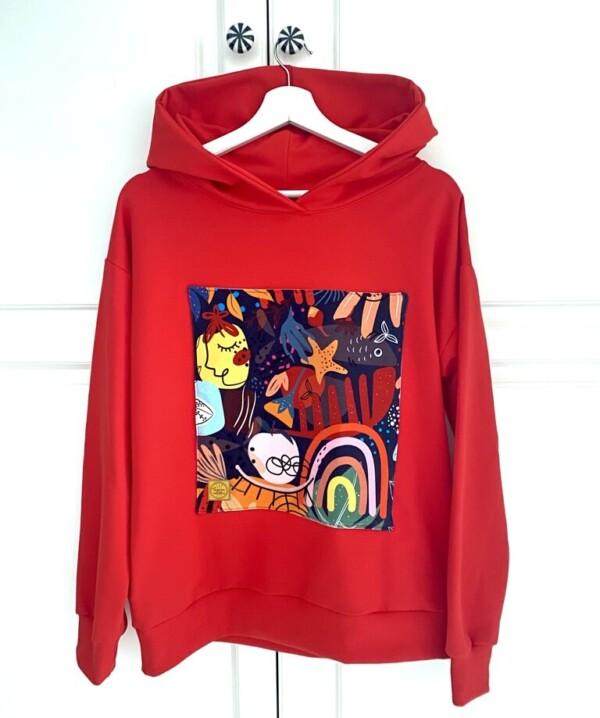 Bluza czerwona z kapturem i naszywką modern art