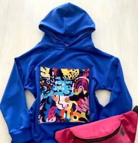 Bluza chabrowa z kapturem i naszywką kolorowa abstrakcja
